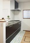 システムキッチンはクリナップのラクエラをチョイス。既設の窓を生かした大きめの...