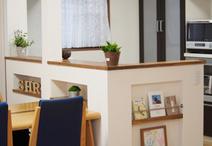 キッチン腰壁にはマガジンラックとニッチ収納を設置。ニッチ収納はお使いになるダ...