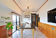 欄間なしの大きなドアに取替え、アイアン調塗装を施したリビングドア。床はパネル...