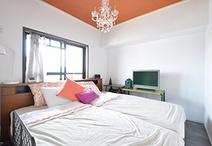 和室から洋室に。ベッドやサイドテーブルの雰囲気に合わせて、床はコンクリート調...