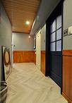 元はリビングで開き戸として使っていた建具は、ネイビー色に塗装して寝室の引き戸...