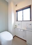 お母様も使用する1階トイレは引き戸に。水縹(みはなだ)色の和調アクセントクロ...
