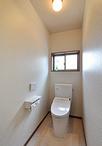 トイレは節水タイプで人気のTOTO/ピュアレストQR。手洗いはドアを出たところに設...