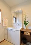 洗面化粧台(TOTO/サクア)の右側にカウンターを造作。上は着替えや洗面時のタオ...