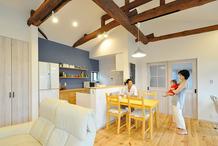 離れをリノベでノスタルジックな佇まいに 一部共有型の二世帯住宅