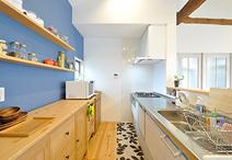 事例No.155のキッチンまわりを参考にした背面収納は、趣きのある梁とのバランスを...