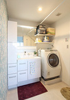 洗面化粧台は同じ間口でも収納量がアップする引き出しタイプに。洗濯機パンを小さ...