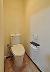 和風から洋風(LIXIL/フレチス便器)へと交換。扉をなくしお手洗いとひと空間にす...