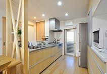 収納スペースの確保を第1条件にレイアウトを変更。西向きの対面型キッチン(TOTO/...