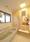洗面脱衣室の一部を取込みサイズアップした浴室。ユニットバスは保温性が高く、床...