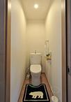 奥行きがなく狭かったトイレは、物入れだったスペースを取込み、向きを変えること...