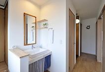 トイレの向きを変え空いたスペースは洗面コーナーに。造作カウンターにベッセル式...