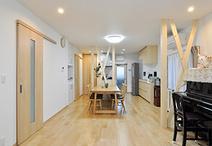 北の台所と中央の和室、南の洋室をつなげて南北に風と光が通る広いLDKに。構造上...