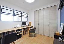 和室から洋室に。奥さまがお仕事で使えるように造作でカウンターも設置。内窓をリ...