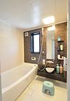 浴室は、家族みんなが足を伸ばして入浴できる1618サイズのユニットバス(TOTO/サ...