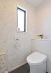 白を貴重としたシャープな印象のトイレはTOTO/レストパル。壁紙を3面はボタニカル...