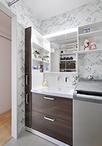 15cmのサイド収納が便利な洗面化粧台はTOTO/サクア。壁紙はトイレとは違うボタニ...