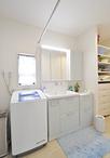 以前キッチンだったスペースを取込み、ゆとりのある洗面脱衣室に。洗面化粧台(TO...