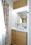 2階廊下の凹み部分に洗面コーナーを新設。木目が優しい印象の洗面化粧台はTOTO/サ...