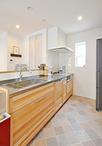 キッチンは180度向きを変え、垂れ壁、袖壁を取り払い、オープンな対面型に。シス...