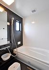 窓がなく、換気が不十分だった浴室は、以前キッチンがあった場所に移設することで...