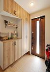 約1帖の増築で広くなった玄関。ドア(LIXIL/プレナスX、色:アイリッシュパイン)...