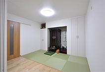 隣接する南側の和室を洋室にするのに合わせて、仏間も白を基調としたモダンな雰囲...