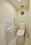 トイレはすっきりデザインでお掃除がしやすいと人気のTOTO/ピュアレストEX。壁紙...
