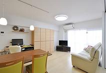 ダイニングキッチンと和室をつなげてLDKに。インテリアはメープル色を基調に明る...