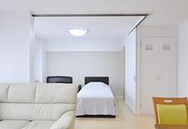 ご夫婦の寝室は天井まであるコーナー建具で、LDKと簡単に間仕切られる仕様。普段...