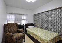 北東の和室は洋室へと変更。ベッドサイドの壁紙はシックなダマスク柄のアクセント...