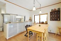 床暖房と内窓で冬も温かく過ごせるカントリー調のダイニングキッチン