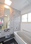 タイル貼りだった浴室は、ユニットバス(TOTO/サザナHSシリーズ1216)に変更。浴...