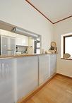 カウンター下はグラスや小皿などが仕舞える、扉付きの収納を造作しています。→リ...