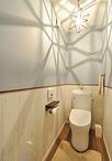 もともと長い廊下だったスペースを有効活用しトイレを配置。トイレは壁クロスを2...