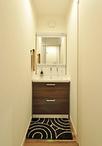 お風呂と構造上必要な壁の兼ね合いで、脱衣室とダイニングとの間に洗面コーナーを...