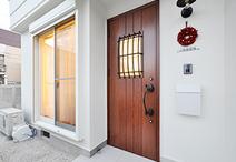 外壁塗装を施し新築のような仕上がりのファサード。玄関ドアは片開きにし、照明や...