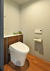 トイレは、タンクや給水管、コード類が収納一体型のLIXIL/リフォレに交換。タンク...