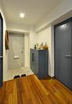 「内装を一新したい」と建具や玄関収納はブルーに塗装。玄関収納の取っ手はアイア...