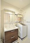 スペースの広さはそのままで、洗面と洗濯機のレイアウトを変更。化粧台はTOTO/サ...