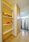 廊下にはコートなどの洋服がかけられるクローゼットと、可動棚で高さが調整できる...