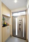 玄関ドアはオーソドックスなデザインで人気の三協アルミ/プロディに取替え。玄関...