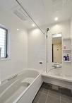 浴室は清掃性が高いホーロー製のクリーンパネルが特徴の高いタカラスタンダード/...