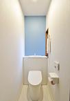トイレは手洗いキャビネット付きのTOTO/レストパルⅠ型に交換。ホワイトを基調とし...