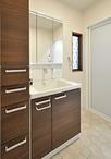 洗面室は、化粧台にTOTO/サクア(W=750)+トールキャビネット(W=250)で収納力...