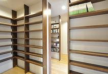和室2間をつなげて図書館のような天井いっぱいの本棚が並ぶ書斎に。重厚感のある...