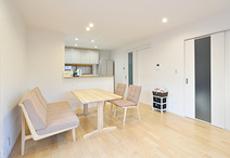 LDKには床暖房を設置。床材は朝日ウッドテック/ライブナチュラルを選択。内窓で断...