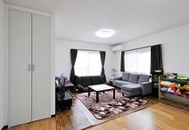 LDKの床材は明るい色味の朝日ウッドテック/ライブナチュラル(ブラックチェリー)...