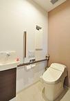 洋室の一部と押入れを改装しトイレに。空間が広がり、入口も引き戸なので、将来的...