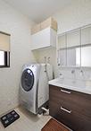 変形の間取りで手狭だった洗面所は、場所を移しボウルが大きくゆったり使えるTOTO...